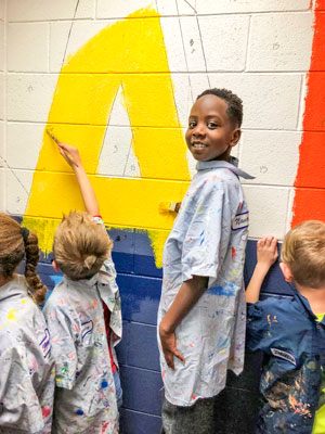 Photo BRE kids painting murals