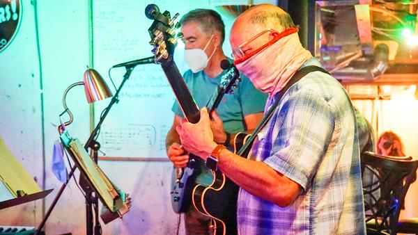 Photo of Denis Freiden rehearses with band member John Grosh