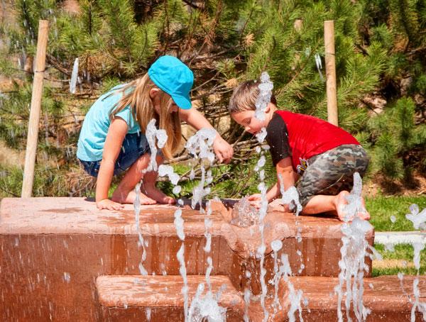 Photo of kids playing in the splash pad at Elk Ridge Park